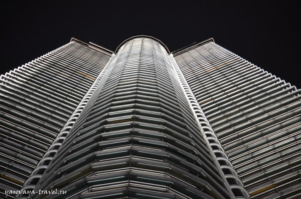 Одна из башен ночью