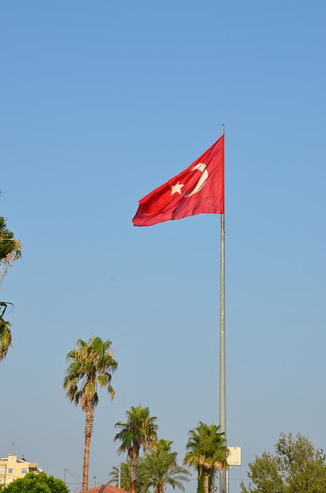 Ориентиром конечной остановки служит этот турецкий флаг