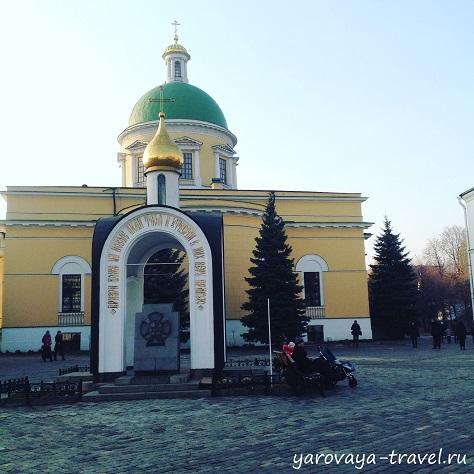 Надкладезная часовня в честь 1000-летия Крещения Руси, построенная в 1988 году.
