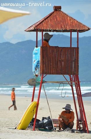 Спасатели на пляже.
