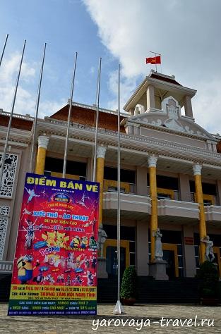 Во Дворце культуры новогоднее шоу для детей.