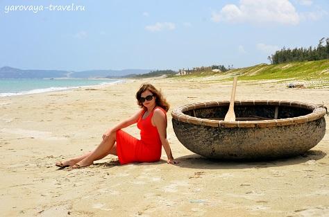 На пляже Бай Зай у рыбацкой джонки.