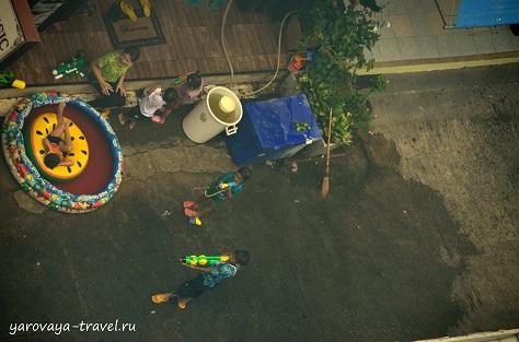А это вид с балкона на мирное празднование Сонграна одной тайской семьей. Они слушают музыку, готовят барбекю, а детишки резвятся с водой.