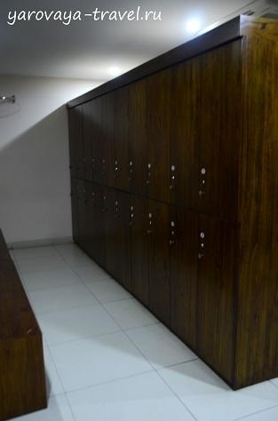 В раздевалке вместительные шкафчики.