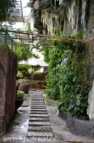 Уютный комплекс. Повсюду натуральные материалы - камень, дерево, зелень.