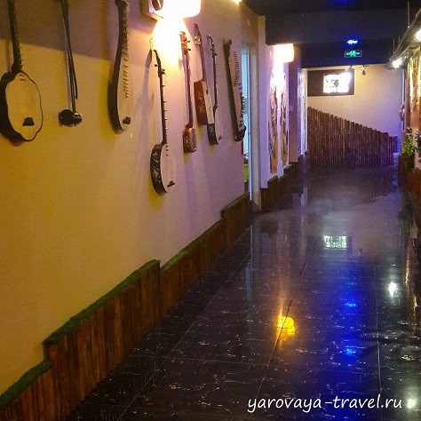 На стенах можно увидеть музыкальные инструменты.