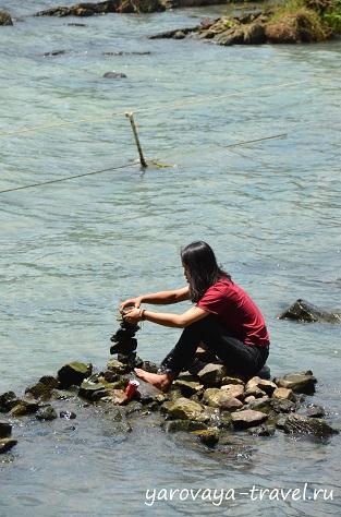 Можно загадать желание, сделав пирамиду из камней прямо среди воды.