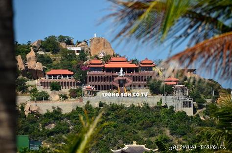 Напротив отеля есть достопримечательность Фанранга - монастырь Чунг Шон на горе Ко Ты.