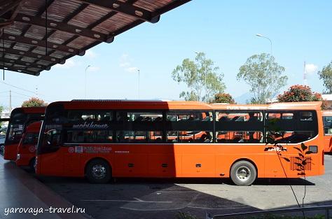 На автовокзале в Далате одни красные автобусы FUTA BUS LINES.