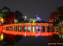 Главная достопримечательность вечернего Ханоя: озеро Возвращенного Меча.