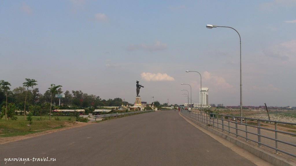 Вдали памятник, который грозит рукой в сторону Тайланда