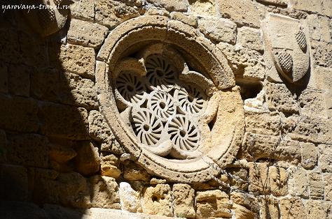 Обратите внимание на герб на стене