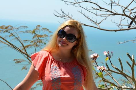 За моей спиной цветки плюмерии (франжипани)