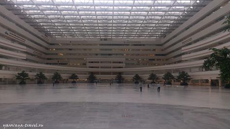 Здание очень большое