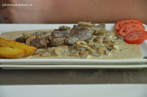 Говядина с грибным соусом и печеным картофелем