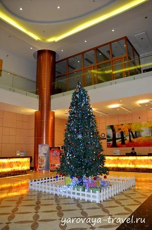 В некоторых отелях предпочитают устанавливать елку в здании.