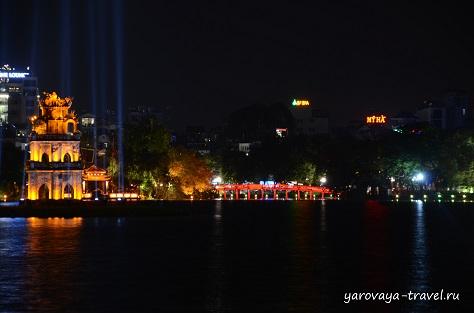 Озеро Возвращенного Меча в самом центре Ханоя.