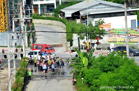 Водные атаки на одной из улиц Пхукета.