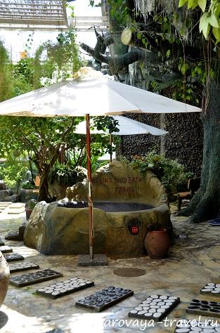 Над ваннами есть зонтики от солнца.