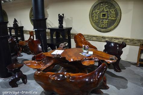 В кафе мебель из красного дерева.