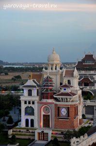 А это часовая башня - показывает время 10-ти стран, а также их архитектурные особенности.