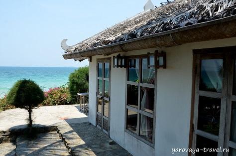 Есть домик с видом на море.