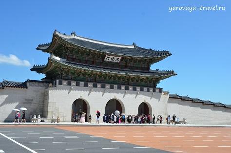 Вход через ворота на территорию дворцового комплекса.