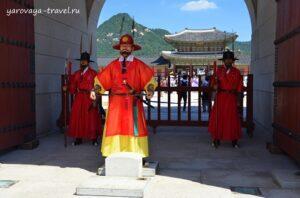 Грозные стражники у ворот дворцового комплекса.