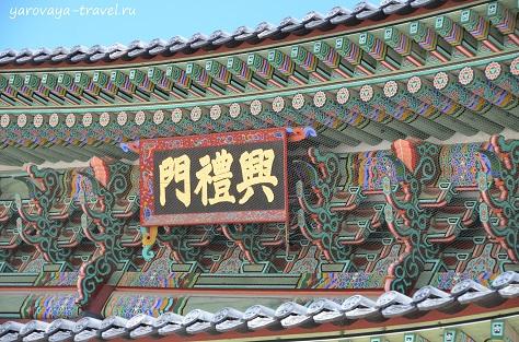 Для росписи крыши использовались натуральные, природные цвета.