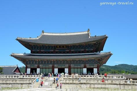 Величественное и монументальное здание.