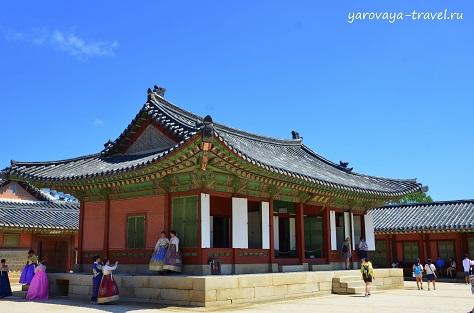 Построек на дворцовой территории много. На их фоне любят фотографироваться в ханбоках.