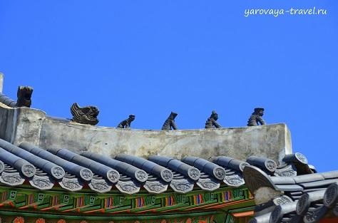 Все крыши украшены фигурками мифических животных, защищающих от врагов.