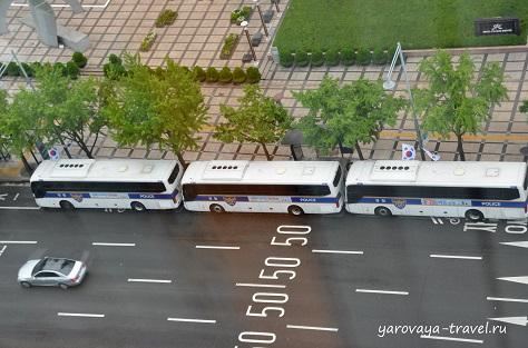 Полицейские дежурят у отеля в огромных количествах, а передвигаются они на таких автобусах.