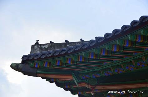 Фигурки наверху защищают постройку от злых духов.