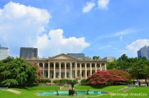 Здание с фонтаном и садом похоже на Белый дом в США.
