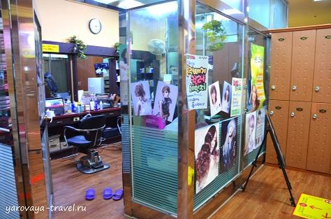 Есть парикмахерская и ногтевой сервис.
