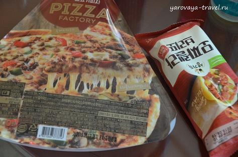 Горячий кусочек пиццы тоже можно купить в севен-элевен.