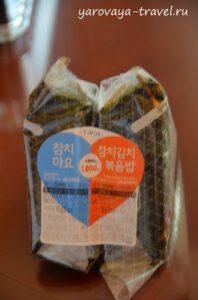 Эти треугольники с рисом, тунцом и нори. Это очень вкусно и сытно! Берите сразу две по акции за 1800 вон (98 руб.).