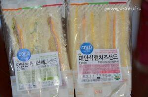 Эти холодные треугольные сэндвичи очень нравятся. Один из них со вкусом салата оливье. Цена 2000-2200 вон (110-120 руб.).