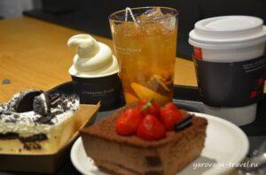 Мороженое, холодный чай, кофе и два знатных кусочка торта.