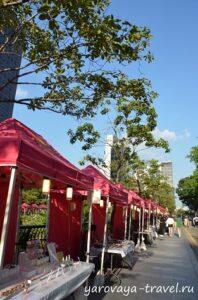 Торговые палатки с товарами hand made.
