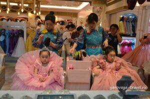 За отдельную плату детей могут преобразить в настроящих принцесс.
