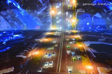 Улицы города днем и ночью. Автомобили движутся.