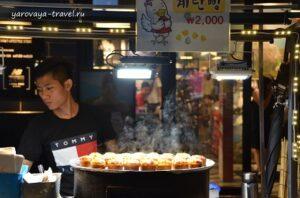 2 тыс. вон (110 рублей за булочку с яйцом).