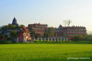 Настоящая крепость среди рисовых полей.