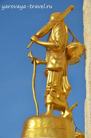 Перед входом Пагоду установлены такие статуи, а над входом сидящий Будда.