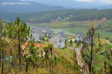 По пути к лавандовым полям встречаем милые домики Dalat Wonder Resort.