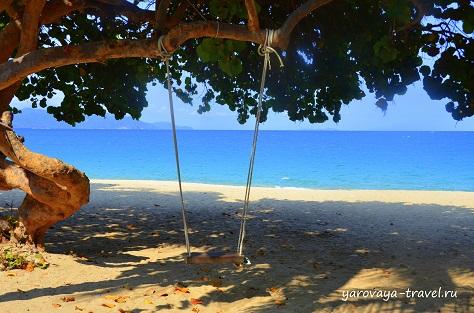 Качели опустели, пляж тоже...