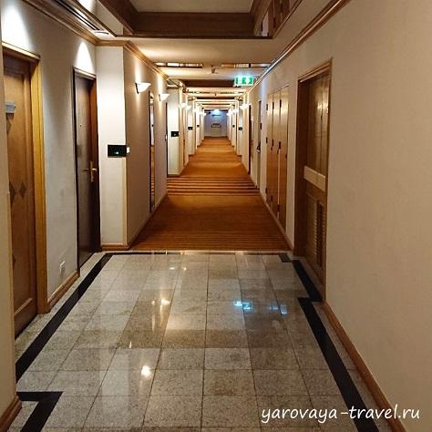 Вход на свой этаж только по карте, это исключает пребывание посторонних лиц.