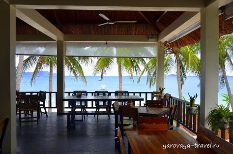 Из ресторана открывается вид на море.